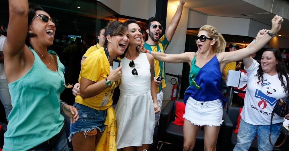 28.jun.2014 - Camila Rodrigues (de branco) e Antônia Fontenelle (de regata azul e verde) comemoram primeiro gol do Brasil contra o Chile pelas oitavas de final da Copa do Mundo