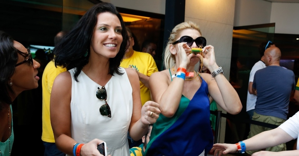 28.jun.2014 - Camila Rodrigues e Antônia Fontenelle comemoram primeiro gol do Brasil contra o Chile pelas oitavas de final da Copa do Mundo
