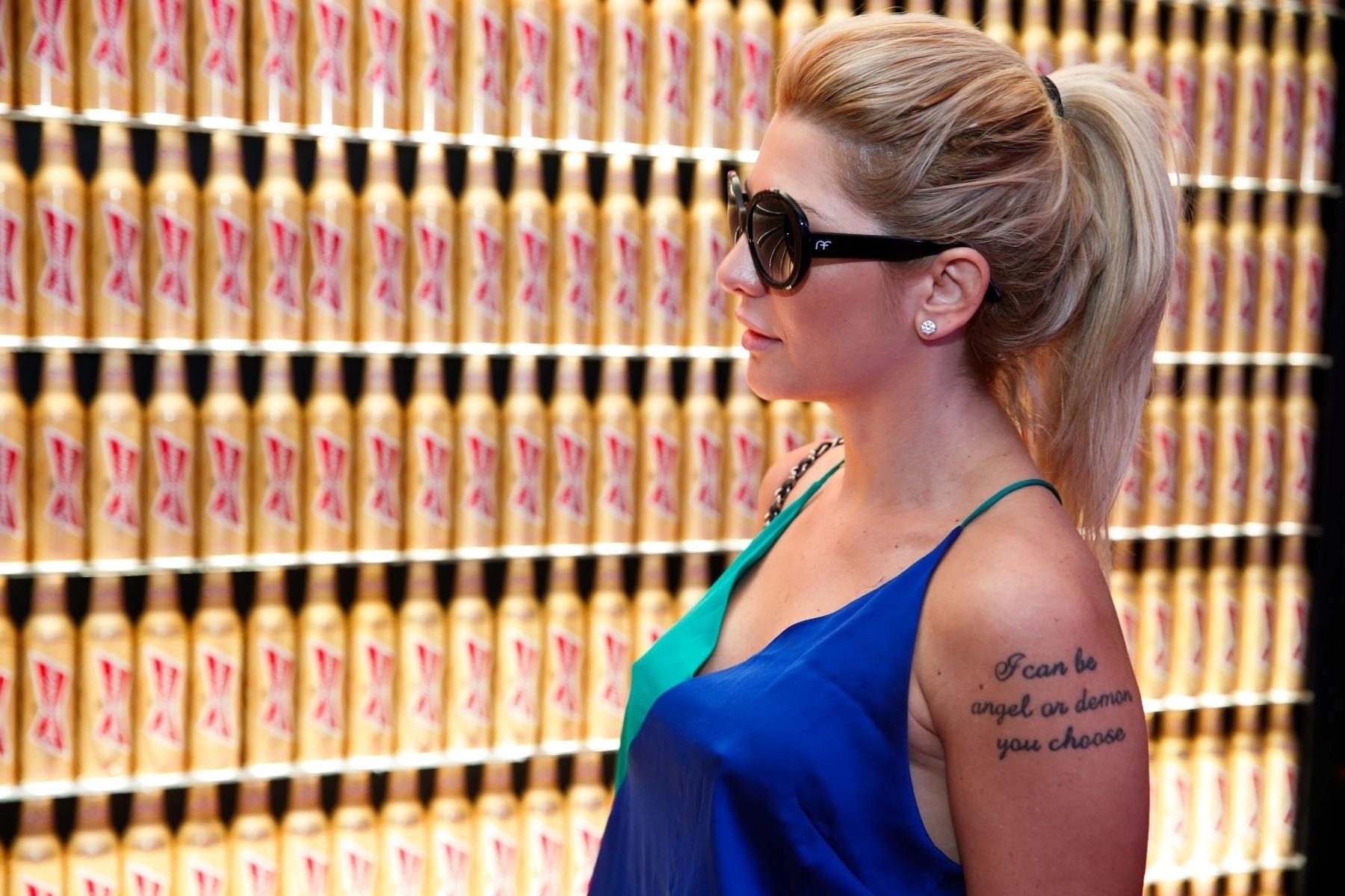 28.jun.2014 - Com uma regata azul e verde e sem sutiã, Antônia Fontenelle chamou atenção no Hotel Bud, no Rio, durante o jogo Brasil x Chile, pelas oitavas de final da Copa do Mundo