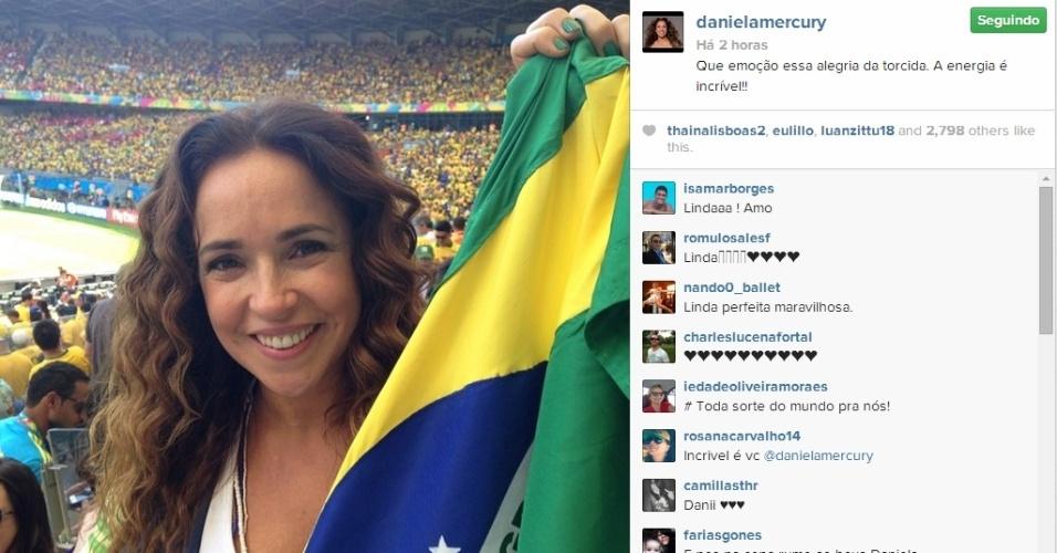 """28.jun.2014 - Daniela Mercury torce pelo Brasil no Mineirão em jogo contra o Chile. """"Que emoção essa alegria da torcida. A energia é incrível"""""""