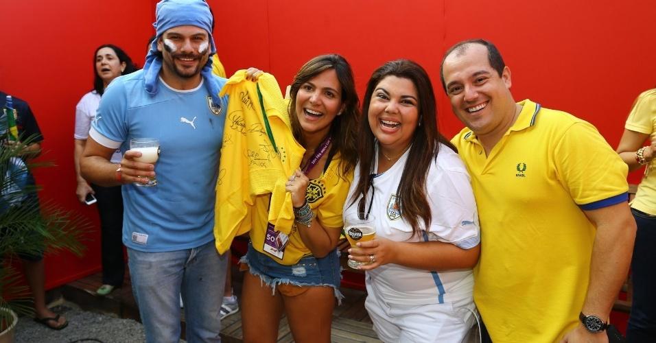 28.jun.2014 - Fabiana Karla e o marido Bruno, que é uruguaio, posam ao lado dos promoters Carol Sampaio e Michel Diamant no Deck Brahma, no Maracanã, Rio de Janeiro
