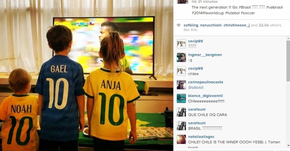 """28.jun.2014 - Filhos de Alessandra Ambrósio, Noah e Anja, são fotografados assistindo ao jogo de Brasil e Chile. """"A próxima geração"""", escreveu a modelo na legenda da foto"""