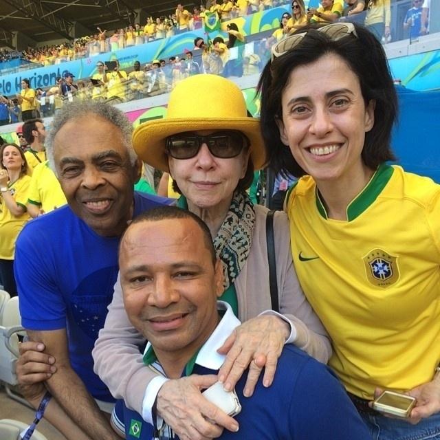 28.jun.2014 - Gilberto Gil, Fernanda Montenegro, Fernanda Torres e Neymar Santos, o pai de Neymar Jr., assistem juntos jogo de Brasil e Chile no Meneirão