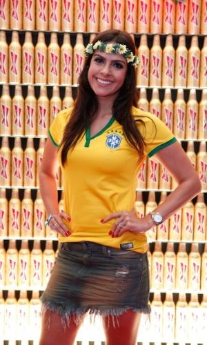 28.jun.2014 - Lívia Rossi usou uma coroa de flores com as cores do Brasil para torcer pela seleção contra o Chile