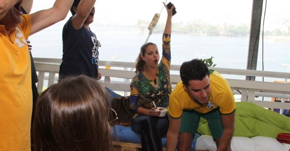 28.jun.2014 - Milena Toscano comemora gol do Brasil em festa no Terraço Lagoa, zona sul do Rio