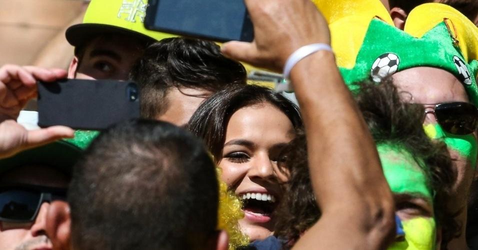 28.jun.2014 - Na torcida do Estádio Mineirão, Bruna Marquezine comemora primeiro gol do Brasil contra o Chile no jogo pelas oitavas de final. A atriz namora o jogador Neymar