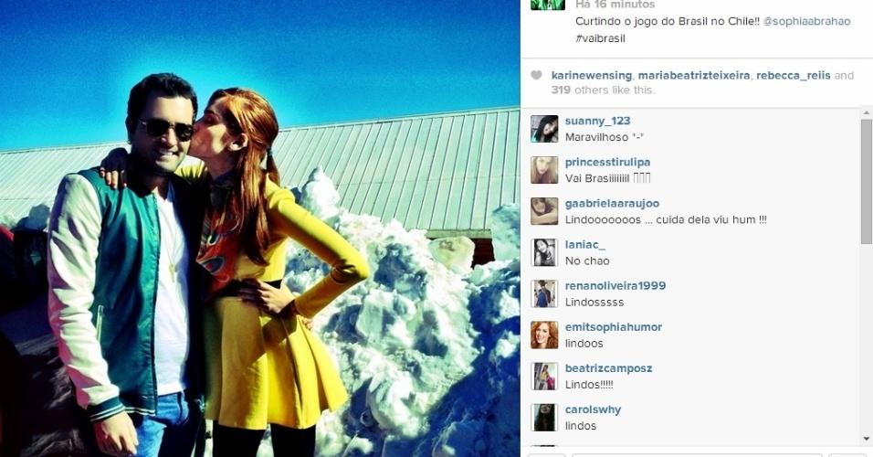"""28.jun.2014 - O assessor de imprensa Felipe Carauta publica foto no Instagram ao lado de Sophia Abrahão, """"Curtindo o jogo do Brasil no Chile"""", escreveu ele"""