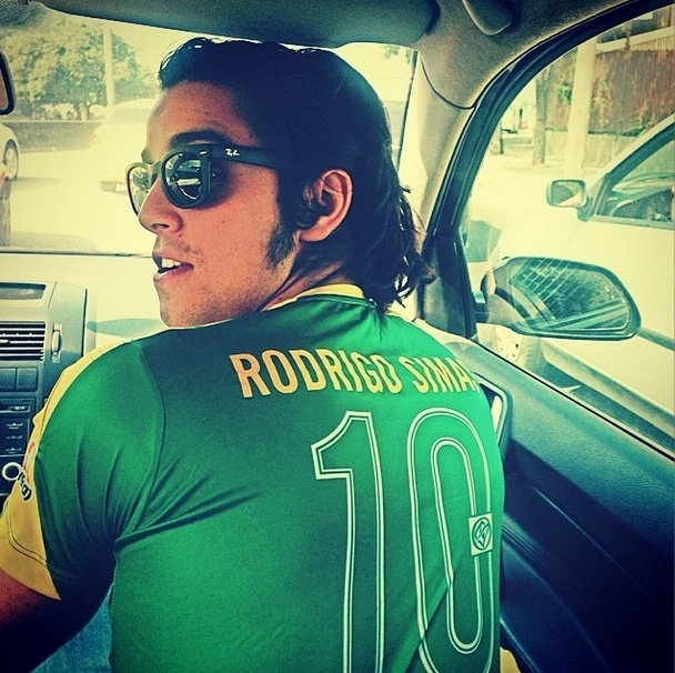 28.jun.2014 - O ator Rodrigo Simas veste camisa personalizada para torcer pelo Brasil em jogo contra o Chile