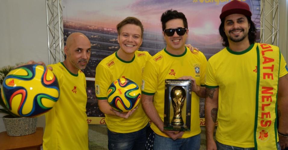 28.jun.2014 - O cantor Michel Teló e os músicos da banda Jota Quest se reuniram antes da partida Brasil x Chile em evento de uma marca de chocolate