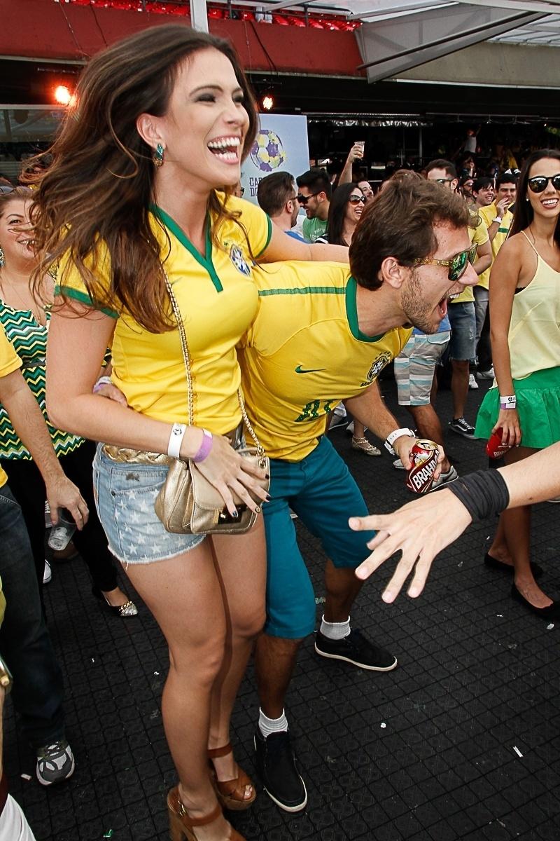 28.jun.2014 - O casal de ex-BBB Eliéser e Camila comemora gol do Brasil na Casa Pelé do Futebol no Morumbi, em São Paulo