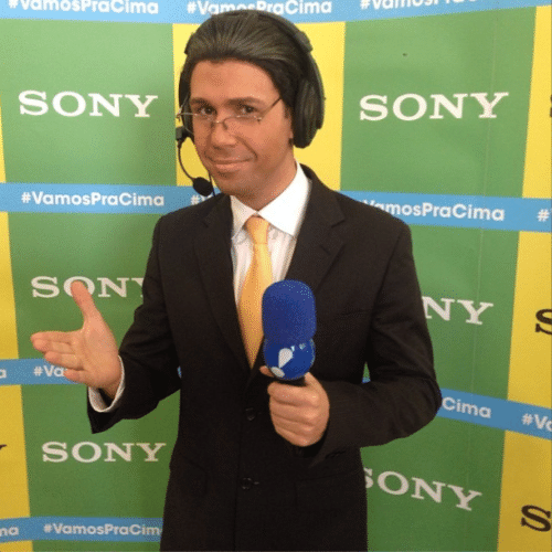 28.jun.2014 - O humorista Vinícius Vieira se transforma em Galvão Bueno para o jogo entre Brasil e Chile no Mineirão, em Belo Horizonte, neste sábado