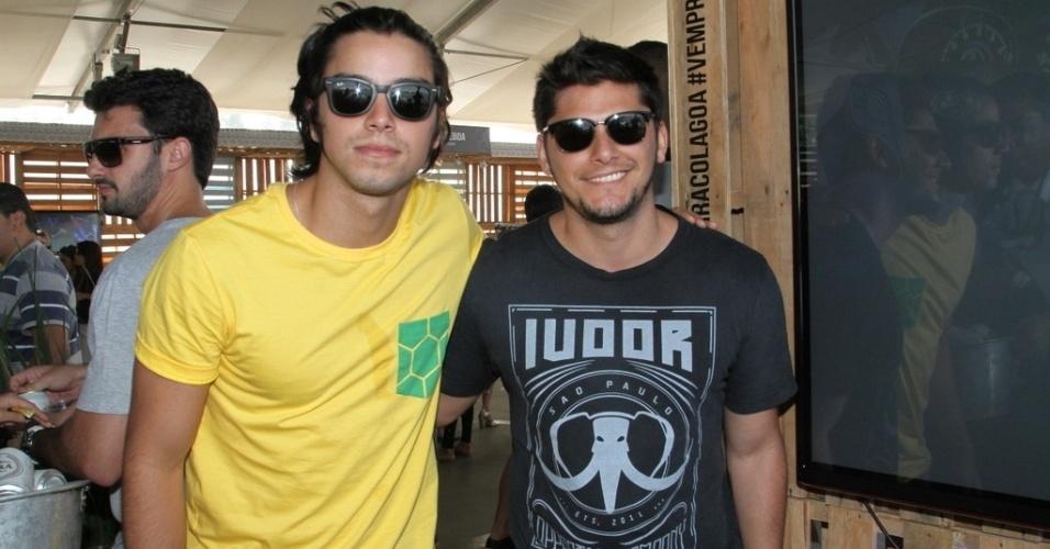 28.jun.2014 - Os irmãos Rodrigo Simas e Bruno Gissoni conferem jogo do Brasil e Chile em festa no Terraço Lagoa, zona sul do Rio