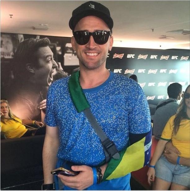 28.jun.2014 - Paulo Gustavo assiste ao jogo da Copa com tipoia com as cores do Brasil