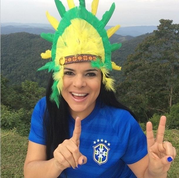 """28.jun.2014 - """"Seja branco, negro ou índio, somos uma nação...embarque nessa viagem Brasil, Brasil, Brasil!"""", escreveu Mara Maravilha na foto em que postou para torcer pelo Brasil"""