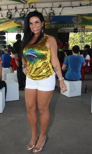 28.jun.2014 - Solange Gomes vestiu brilhos e as cores da bandeira brasileira para acompanhar o jogo da seleção contra o Chile na Arena Santa Luzia Budweiser