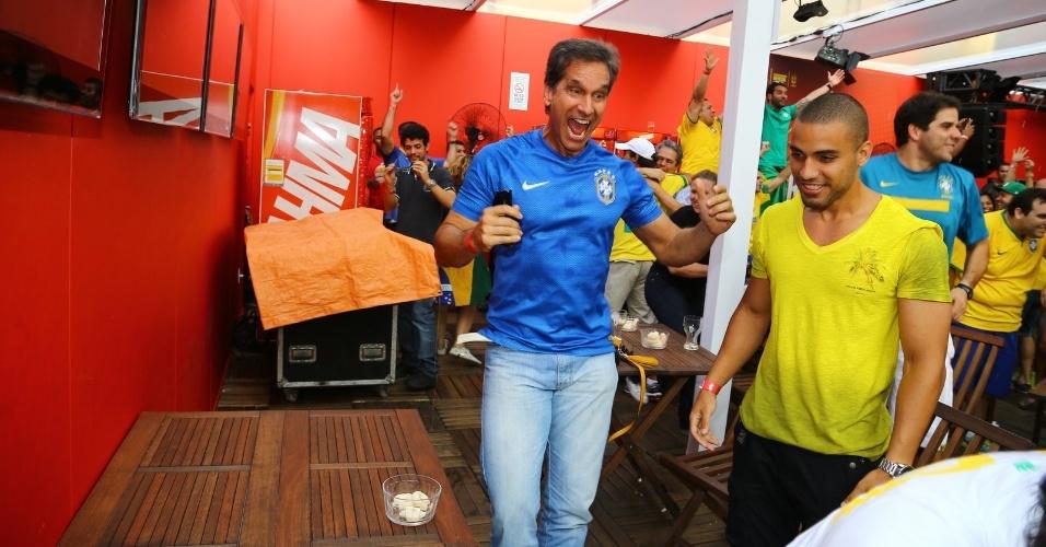 28.jun.2014 - Victor Fasano festeja classificação do Brasil na quartas-de-final no Deck Brahma, no Maracanã, antes de assistir ao jogo do Uruguai e Colômbia