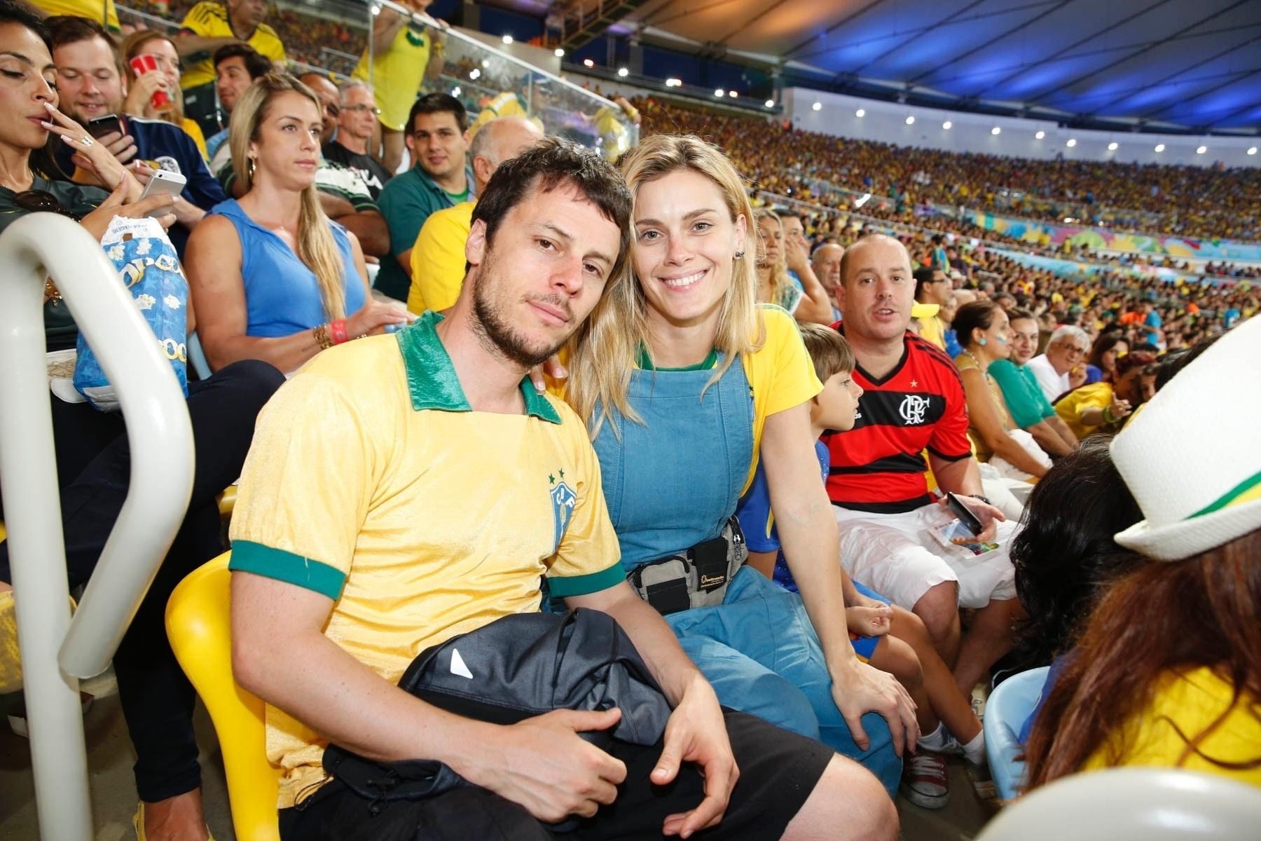 28.jun.2014- Carolina Dieckmann e o marido Tiago Worcman assiste ao jogo de Uruguai e Colômbia no Maracanã, Rio de Janeiro