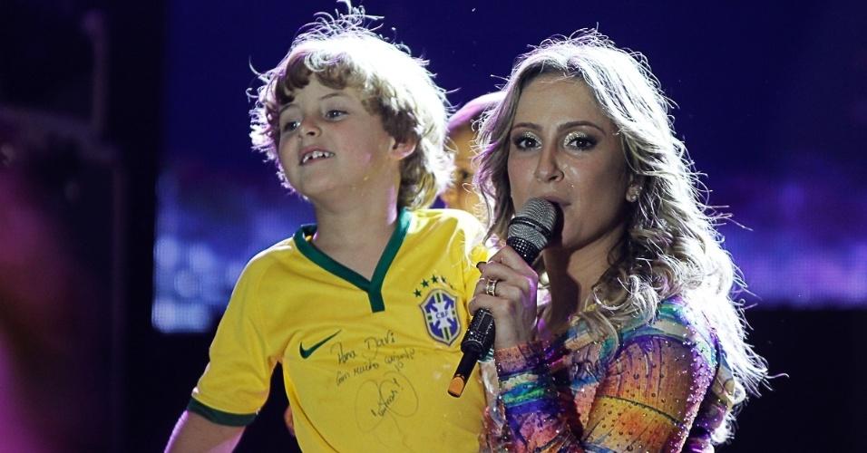28.jun.2014- Claudia Leitte posa abraçada com o filho