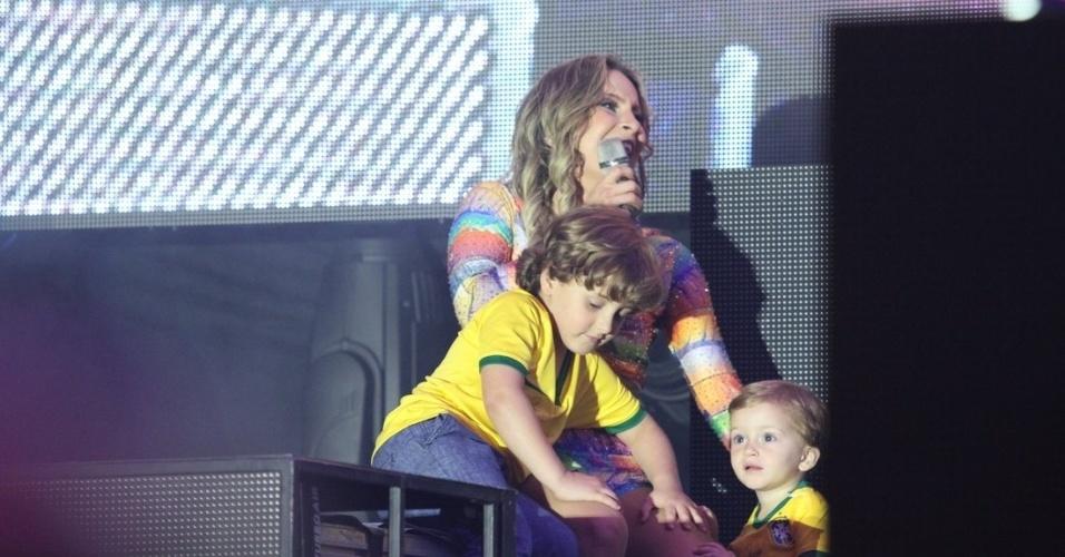 28.jun.2014- Claudia Leitte se diverte no palco com os filhos Davi e Rafael durante apresentação em camarote na Casa Pelé do Futebol  no estádio do Morumbi, em São Paulo
