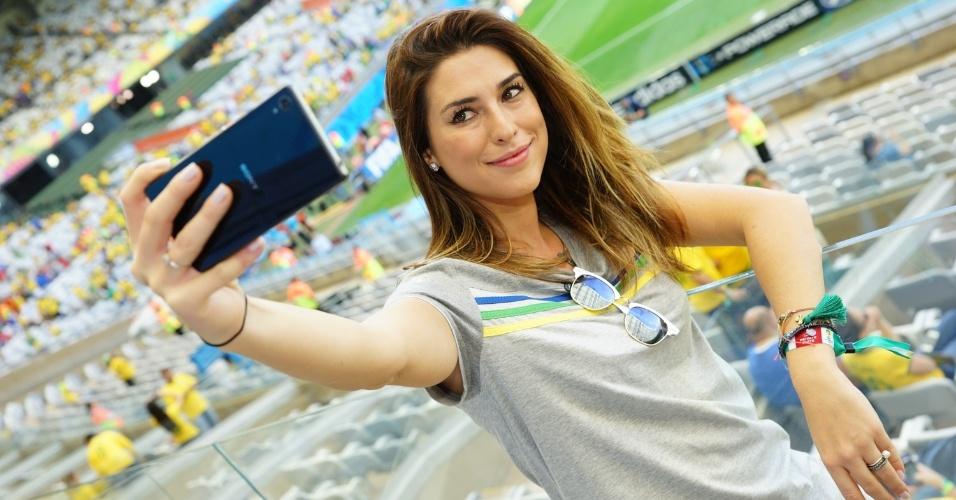 28.jun.2014-  Fernanda Paes Leme tira diversas selfies enquanto torcia pelo Brasil, durante a partida da Copa do Mundo contra o Chile, neste sábado no estádio do Mineirão