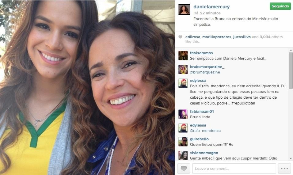 29.jun;2014 - Daniela Mercury tieta Bruna Marquezine na entrada do Mineirão no dia de partida do Brasil contra o Chile