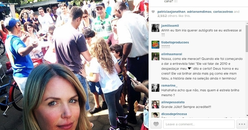 29.jun.2014 - Susana Werner publica foto de Julio Cesar sendo tietado em feira