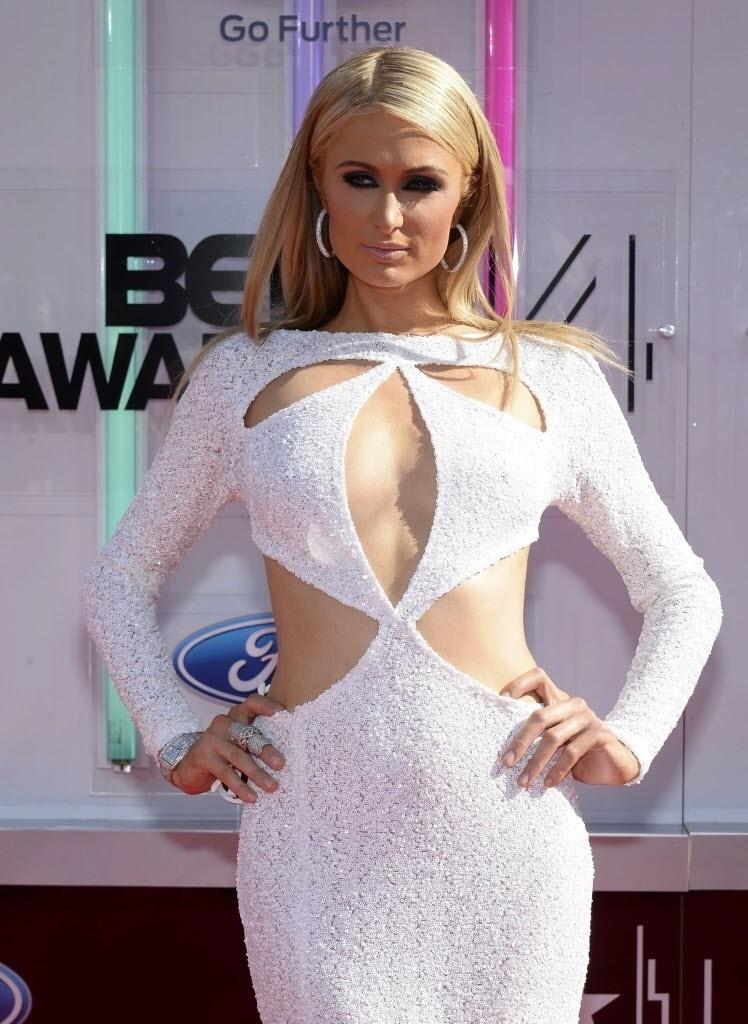29.jun.2014- Com decote ousado, Paris Hilton prestigia BET Awards 2014 , em Los Angeles, Califórnia