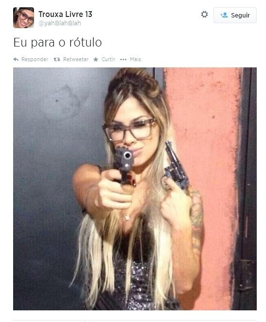 29.jun.2014- Em foto no Twitter, ex-BBB Vanessa aparece com armas na mão