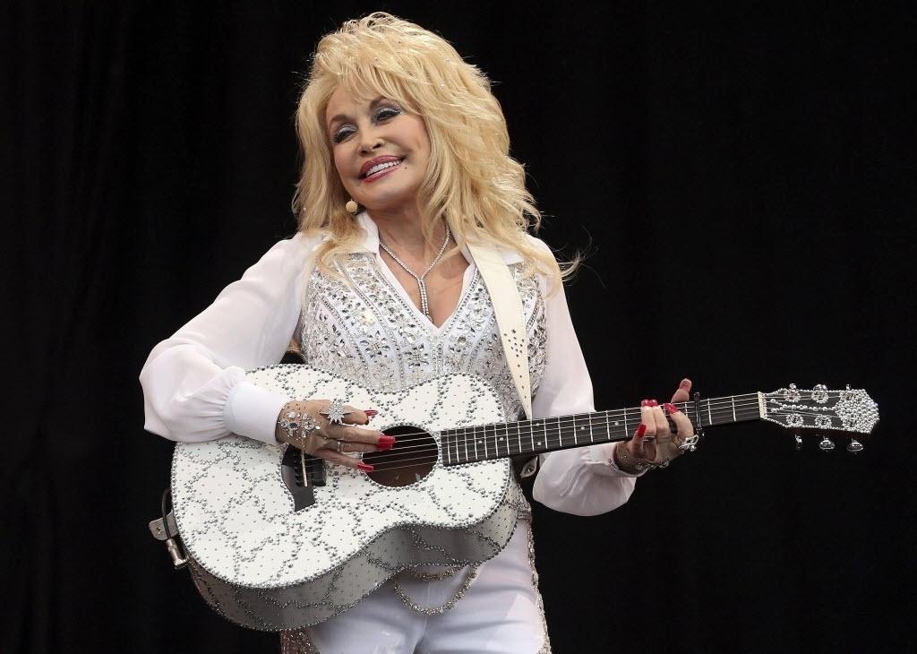 29.jun.2014- Estrela da música country americana, Dolly Parton se apresenta no Pyramid Stage na Worthy Farm em Somerset, durante o Festival de Glastonbury
