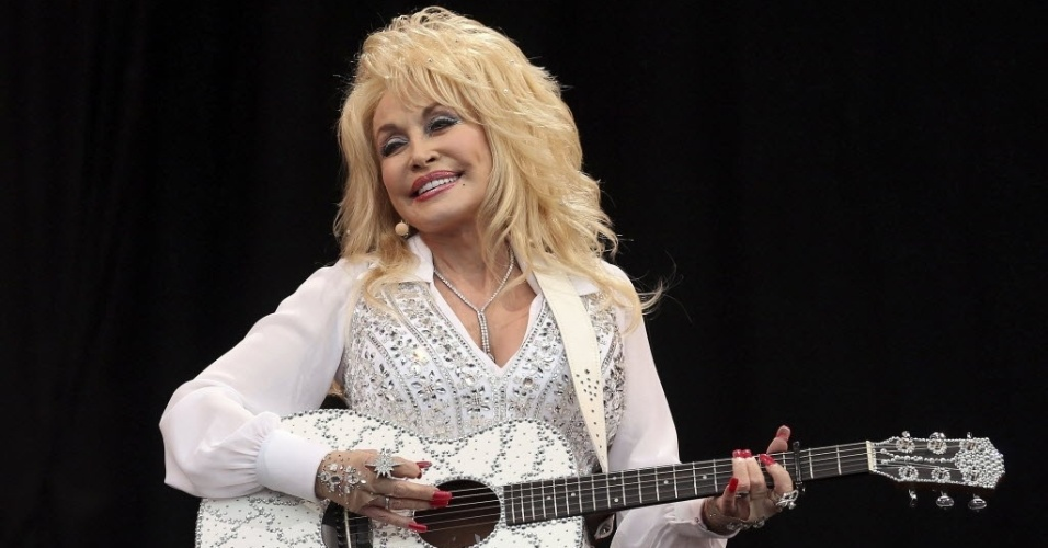 29.jun.2014-  Estrela da música country americana, Dolly Parton se apresenta no  Pyramid Stage na Worthy Farm em Somerset, durante o Festival de Glastonbury