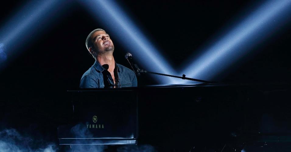 """29.jun.2014 - Ao piano, Robin Thicke deixou o pop de lado e dedicou sua performance no BET Awards 2014 para a ex-mulher Paula Patton. Antes mesmo do primeiro acorde de """"Forever Love"""", ele se declarou: """"Eu sinto sua falta, desculpe-me"""""""