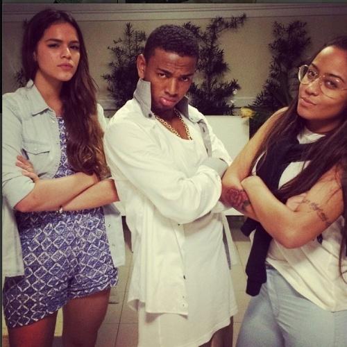 29.jun.2014 - Bruna Marquezine faz pose de marra ao lado de Nego do Borel e da irmã de Neymar