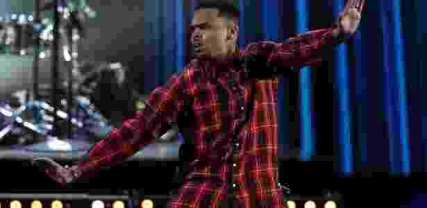 """29.jun.2014 - Recém-saído da prisão, o rapper Chris Brown voltou aos palcos para apresentar sua mais recente hit, """"Loyal"""", durante o BET Awards 2014 - Reuters - Reuters"""