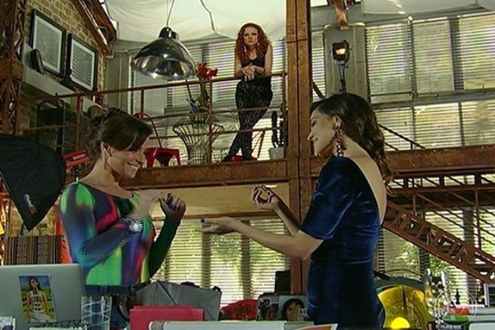 """30.jun.2014 - Em """"Em Família"""", Clara (Giovanna Antonelli) é surpreendida por Marina (Tainá Müller) com um pedido de casamento e uma aliança. O momento romântico entre o casal é atrapalhado por Vanessa (Maria Eduarda de Carvalho), ex-namorada e assistente da fotógrafa, que fica nervosa e diz que a atitude da ex-parceira é """"cafona"""""""