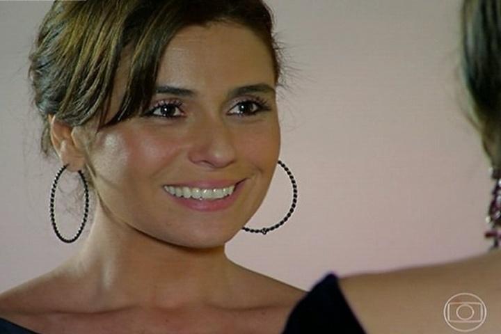 """30.jun.2014 - Em """"Em Família"""", Clara (Giovanna Antonelli) fica emocionada e aceita o pedido de casamento de Marina (Tainá Müller)"""