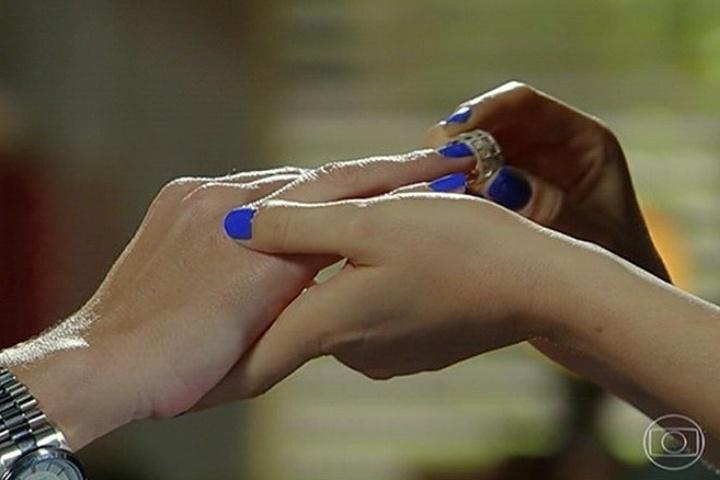 """30.jun.2014 - Em """"Em Família"""", Marina (Tainá Müller) coloca aliança em Clara (Giovanna Antonelli) após pedido de casamento"""