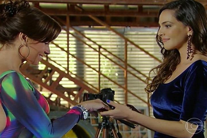 """30.jun.2014 - Em """"Em Família"""", Marina (Tainá Müller) pede a mão de Clara (Giovanna Antonelli) em casamento"""