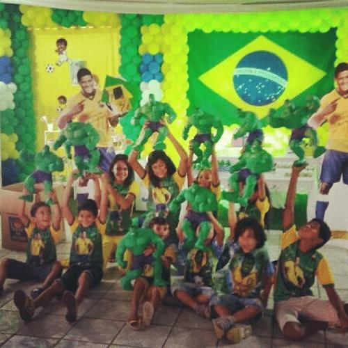 30.jun.2014 - O jogador da seleção brasileira Hulk mostra no Instagram crianças que ganharam brinquedos do personagem em quadrinhos Hulk
