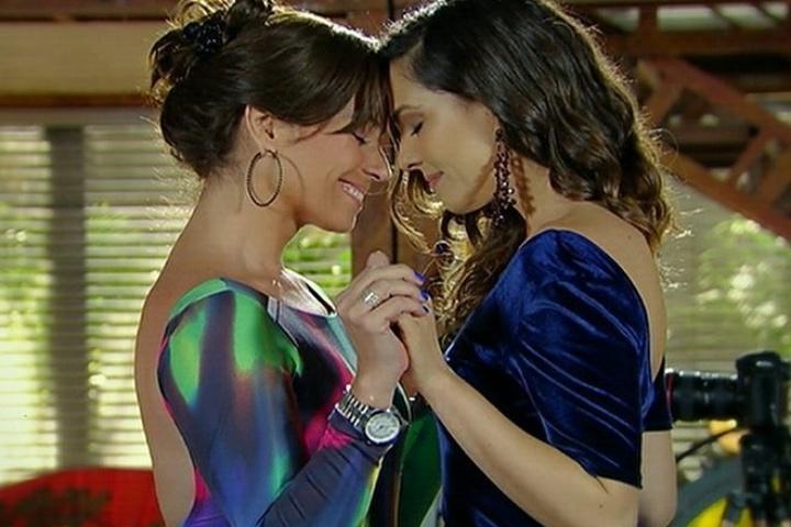 """Após pedido de casamento e beijo, Marina (Tainá Müller) e Clara (Giovanna Antonelli) se olham apaixonadas em """"Em Família"""""""