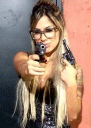 Ex-BBB Vanessa aparece com armas e causa polêmica