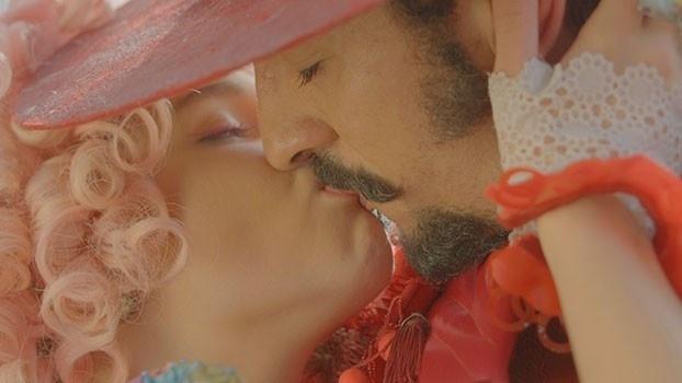 Juliana e Zelão dão um beijo de tirar o fôlego