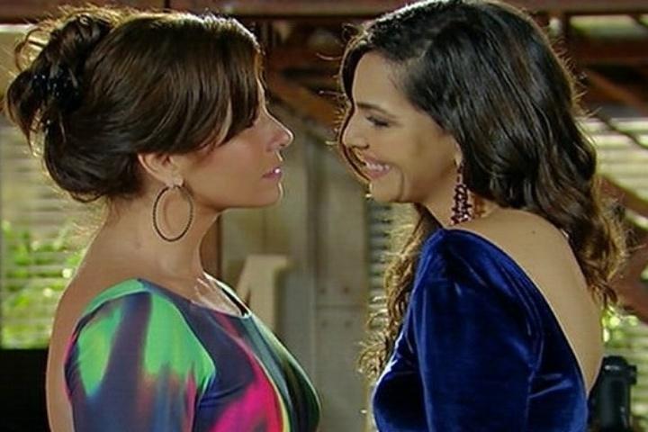 """Marina (Giovanna Antonelli) e Clara (Tainá Müller) se emocionam após beijo e pedido em casamento em """"Em Família"""""""