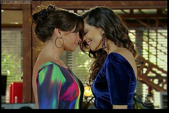 """Após pedido de casamento, Marina (Tainá Müller) e Clara (Giovanna Antonelli) se olham apaixonadas em """"Em Família"""""""