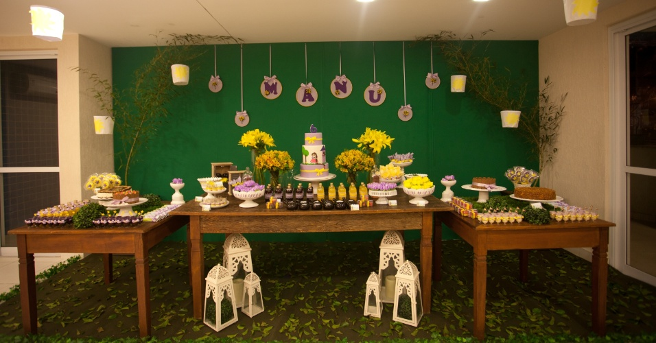 Para essa festa baseada na história de Rapunzel, a empresa Festejando com Carinho (www.festejandocomcarinho.com) adaptou a personagem para torná-la mais semelhante à aniversariante. Na decoração, a bonequinha tinha os cabelos castanhos. As mesas foram montadas sobre um tapete verde com folhas naturais