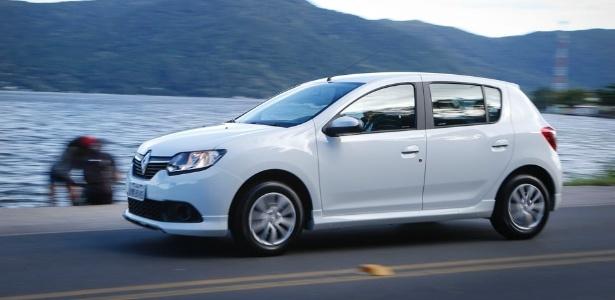 """Sandero ganhou novos itens de série e ficou, em média, 5% mais barato. Manobra da Renault indica novo posicionamento do brasileiro em relação ao concorrido mercado dos compactos: disposição para pagar um pouco mais, desde que marcas ofereçam """"mais por menos"""""""