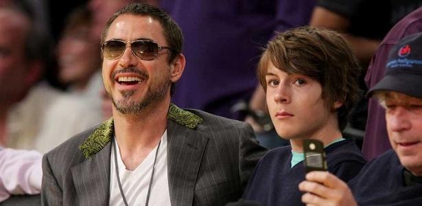 Robert Downey Jr. com o filho Indio Downey em jogo de basquete em Los Angeles, em 2008