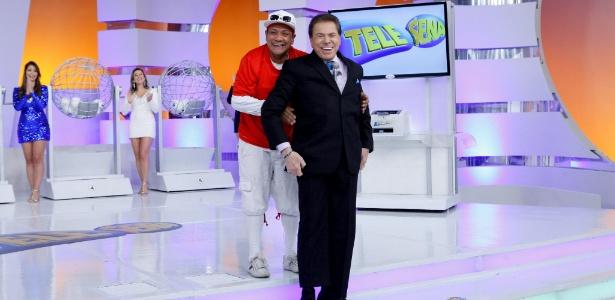 Silvio Santos com seu assistente de palco Liminha no sorteio da Telesena - Divulgação/SBT