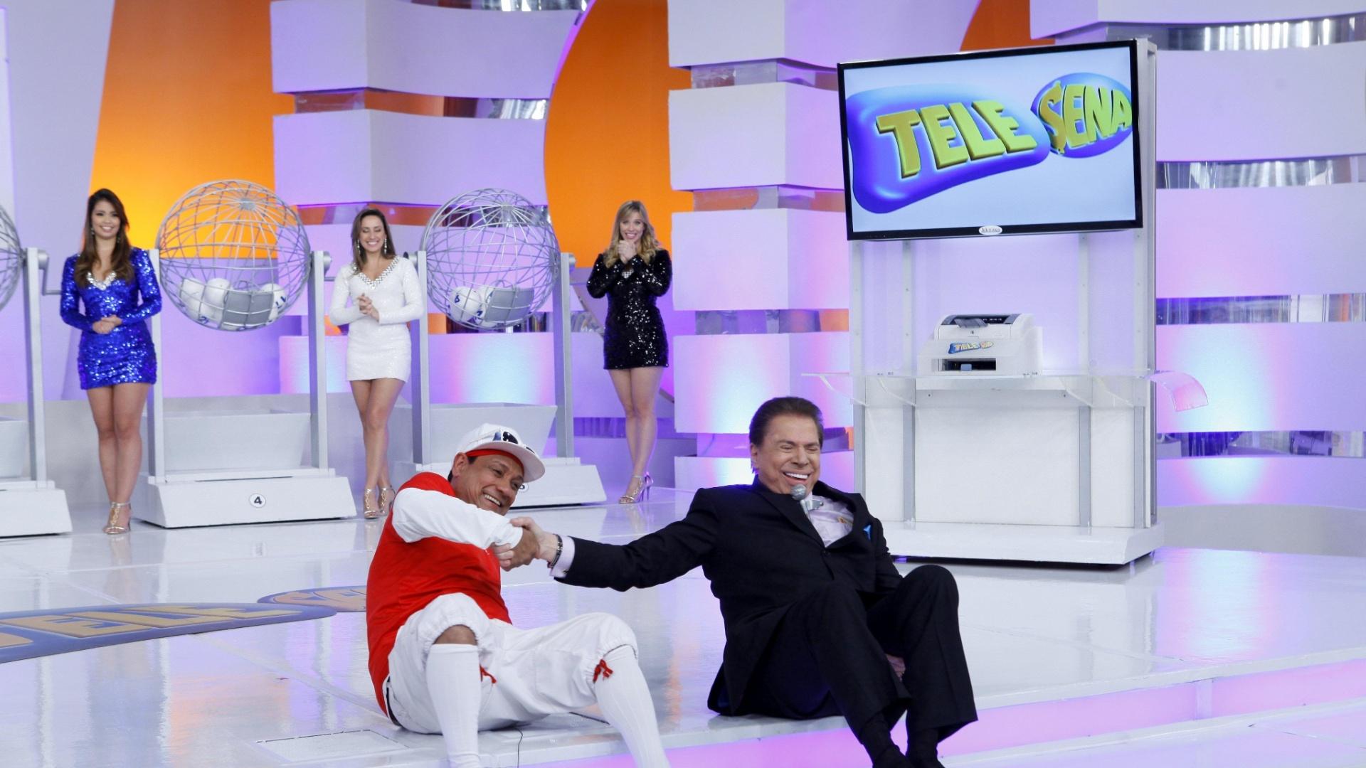 Silvio Santos escorrega ao descer degrau durante gravação do programa