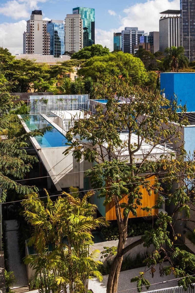 Vista aérea da Casa de Fim de Semana, projeto de SPBR Arquitetos, onde a piscina (à esq.) é a personagem principal. O tanque está a seis metros de altura do solo, gabarito permitido na região. Ao lado, o solario que ocupa a cobertura do bloco de dormitórios da residência
