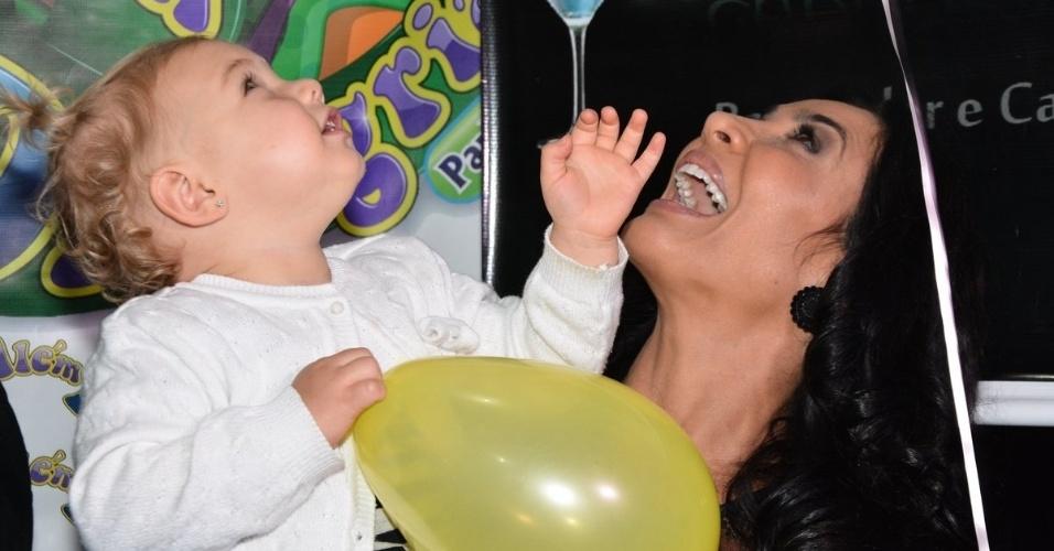 01.jul.2014 - Brenda, filha de Sheila Mello e do ex-nadador Xuxa, brinca com Scheila Carvalho